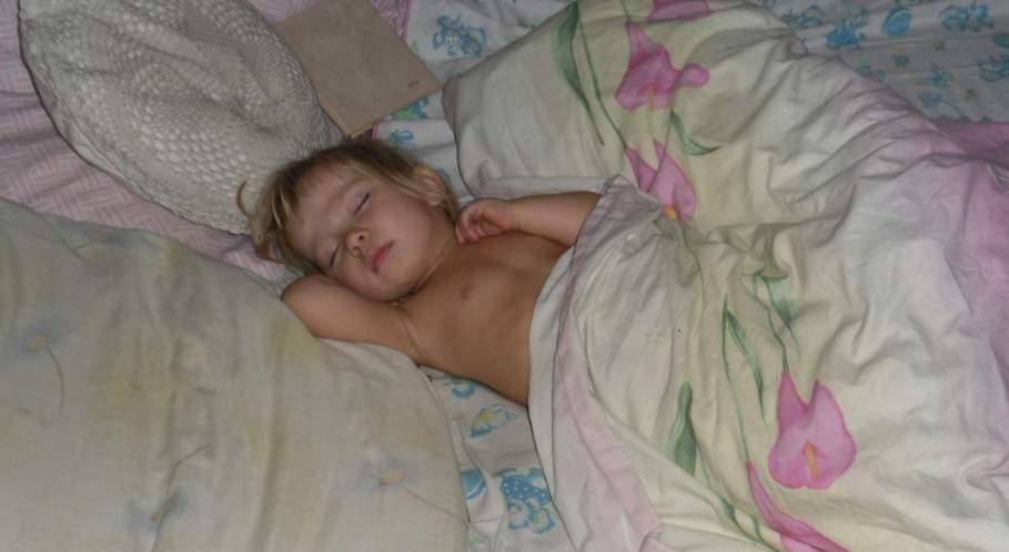 голые девочки спят в постели фото